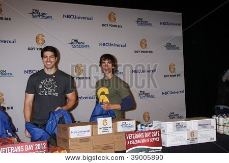 LOS ANGELES - 9 de NOV: Brandon Routh, Christopher Gorham no evento de serviço dia dos veteranos para alimentar LA