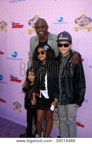 LOS ANGELES - NOV 10:  Wayne Brady, niece, nephew, daughter arrive at the