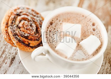 cinnamon rolls with cocoa