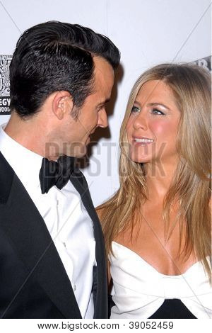 LOS ANGELES - 15 de NOV: Justin Theroux, Jennifer Aniston chega para o American Cinematheque 26 A