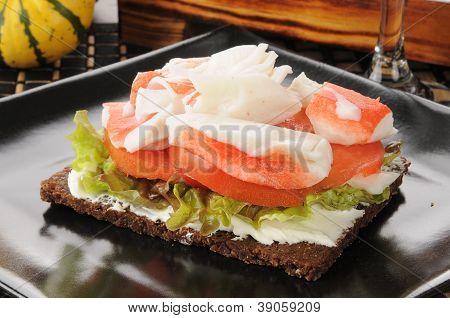 Cangrejo y tomate con pan de centeno
