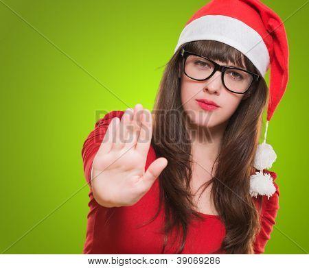 Frau Weihnachten tun eine Stop-Geste vor einem grünen Hintergrund