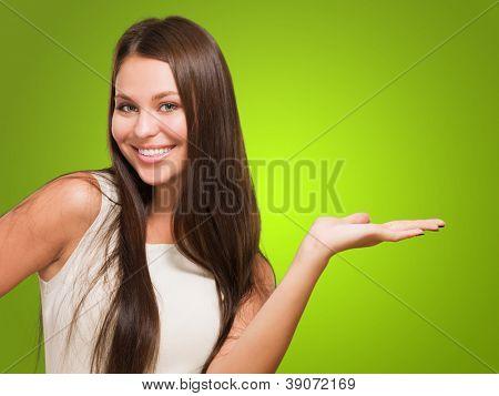 Mulher feliz fazendo um gesto contra um fundo verde