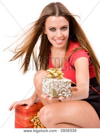 Menina bonita de compra dando caixa de presente