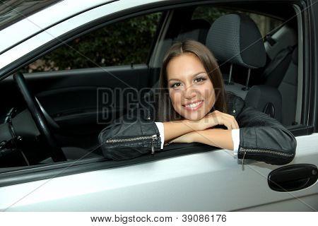bela jovem no carro