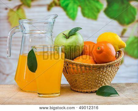 Suco de laranja em um copo sobre uma mesa