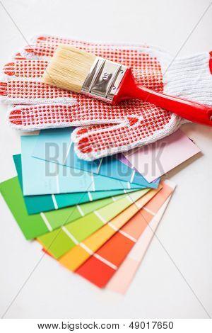 diseño de interiores y casa concepto de renovación - pincel, guantes y samplers de pantone