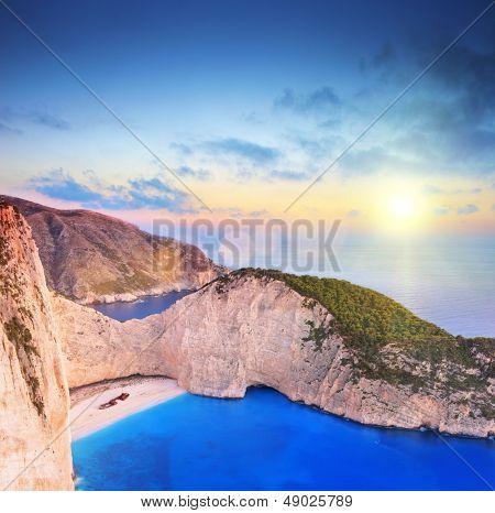 Panoramablick auf der Insel Zakynthos, Griechenland mit einem Schiffbruch am sandigen Strand, bei Sonnenuntergang Schuss mit