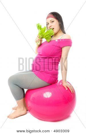 schwangere Frau eating salad