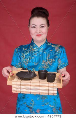 japanische Mädchen mit Teekanne