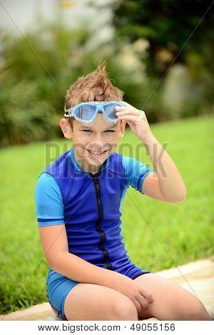 Niño sonriendo y listo para nadar