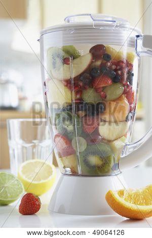 Mixer gefüllt mit frischen Früchten Nahaufnahme