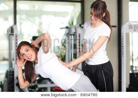 zwei glücklich junge Frauen in der Turnhalle