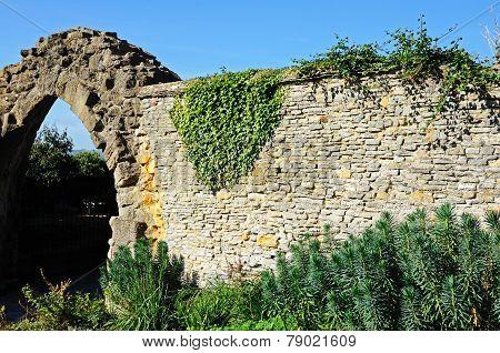 Evesham Abbey wall ruins.