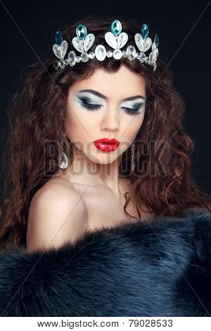 Beauty Model Woman Wearing Fur Coat, Diamond Crown. Fashion Winter Girl Portrait. Makeup. Luxury Sty