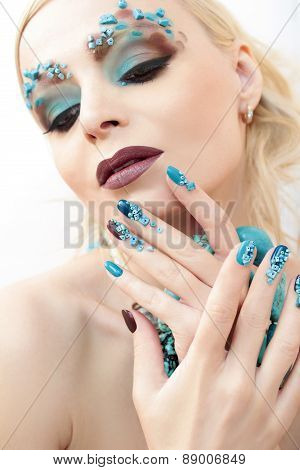 Manicure and makeup with beads and turquoise.