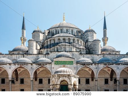 Blue Mosque in Istanbul on a sunny day.