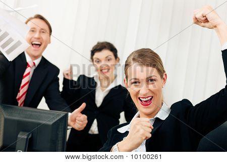 Постер, плакат: Бизнесмены в отделении имея большой успех, холст на подрамнике