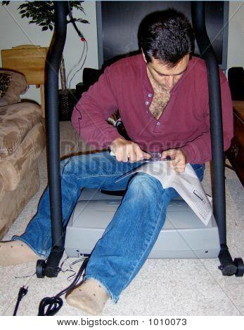 Homem montando uma escada rolante