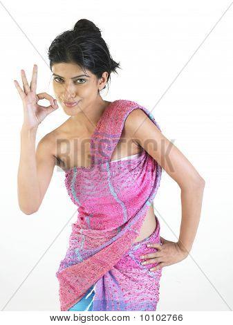 Chica elegante diciendo excelente en vestido rosa