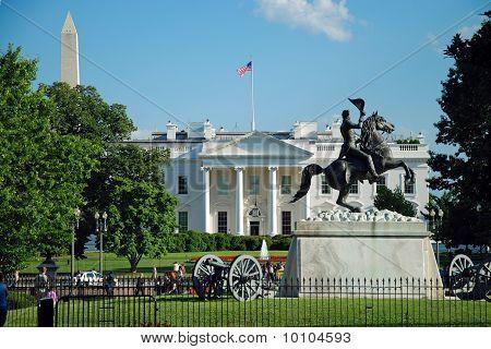 White house and Washington monument in Washington DC
