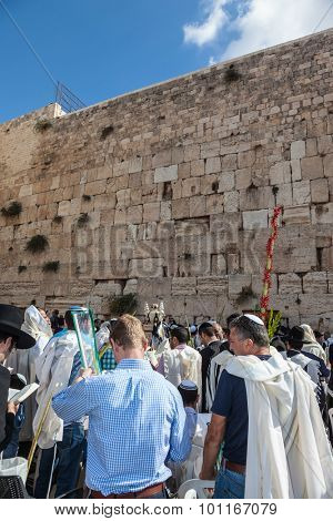 JERUSALEM, ISRAEL - OCTOBER 12, 2014:  Huge crowd of faithful Jews wearing white prayer talit and black long-skirted coats. Morning autumn Sukkot
