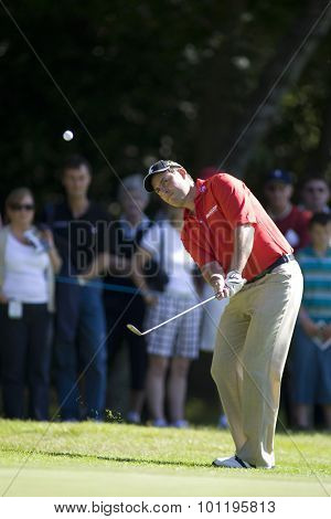 WENTWORTH, ENGLAND. 23 MAY 2009.David HOWELL ENG  plays a chip shot playing in the 3rd round of the European Tour BMW PGA Championship.