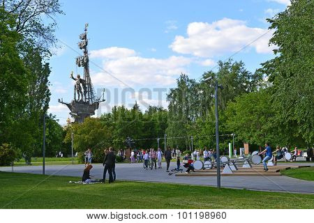 Moscow, Russia -12.06.2015. People Rest In Park Art Muzeon. The Park Is Located On An Area Of 23.46