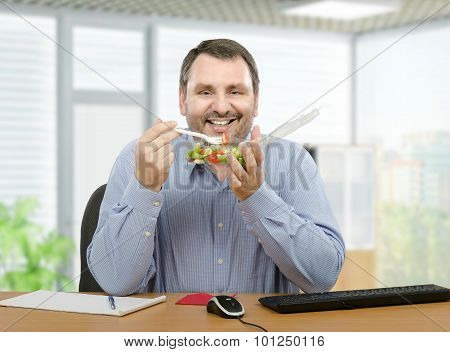 Smiling man promoting fresh takeaway salad