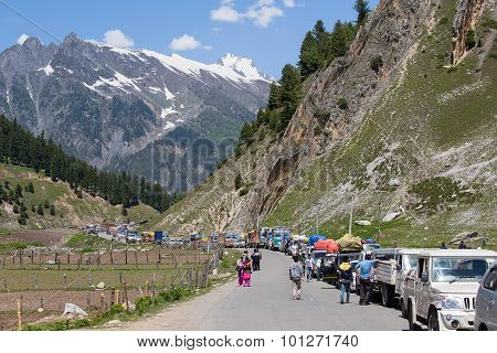 Cars With Passengers Stuck At The Pass On The Way Srinagar Leh, Himalayas. India