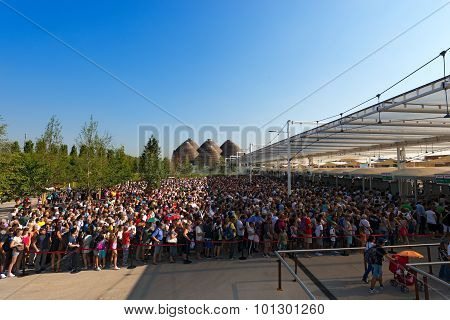 Long Queue Of Visitors - Expo Milano 2015