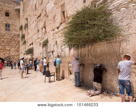 Jerusalem - Juli 15: Jewish Prayers And Pilgrims Beside Western Wall Juli 15, 2015 In Jerusalem