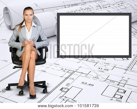 Business lady sitting in chair with crossed legs
