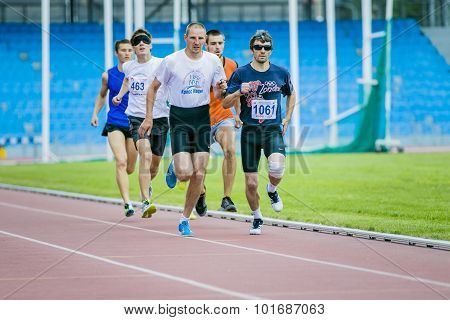blind men athletes run 800 meters