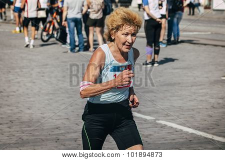 old woman runner competes