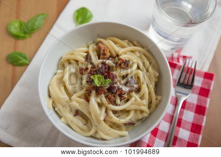 Spaghetti with creamy sauce and bacon