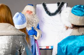 picture of conduction  - santa claus is conducting a business training - JPG