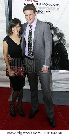 """NOVA YORK - 1 de março: Escritor será Fetters e sua esposa assistir o estréia de filme de """"Remember Me"""" no t"""