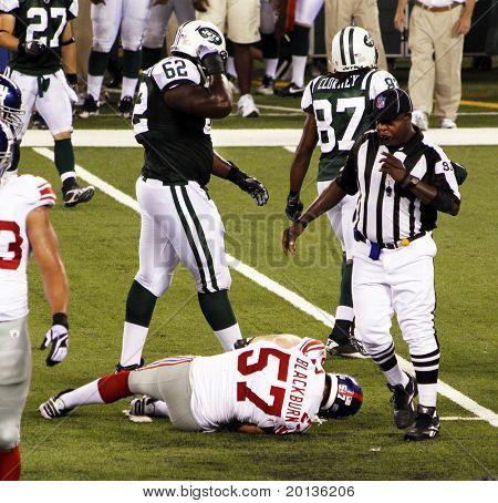 EAST RUTHERFORD, NJ - 16 de agosto: linebacker do New York Giants Chase Blackburn está lesionado contra o N
