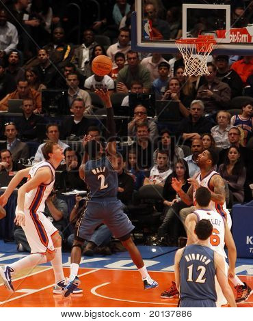 NOVA YORK - 17 de outubro: Washington Wizards guarda John Wall (2) tiros contra o New York Knicks em