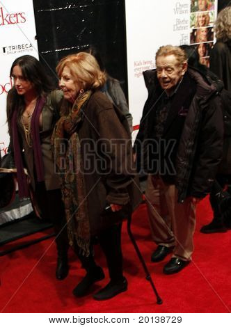 "NOVA YORK - 15 de dezembro: Ann Meara e Jerry Stiller assistir a estréia mundial de ""Little Fockers"" no"