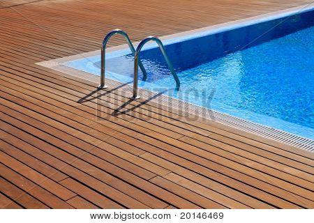 vacaciones de verano las rayas azul piscina con suelo de madera de teca