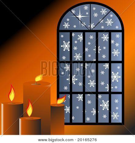 Schnee durch ein Fenster mit Kerzen brennen innerhalb