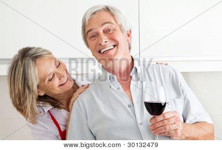 Happy senior Couple mit Glas Rotwein