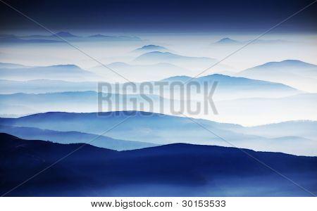 Outono paisagem nebulosa na Europa Parang montanhas, Roménia,