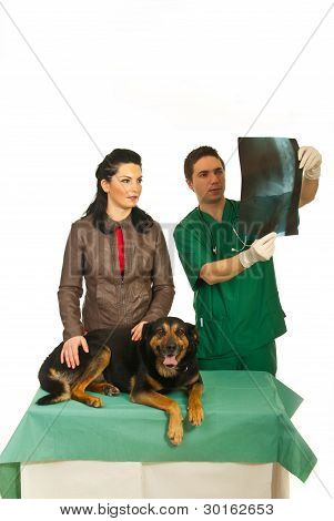 Frau mit Hund Tierarzt Büro