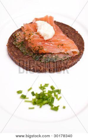 Canapé de Pumpernickel con rábano crema salmón talló y cebollino