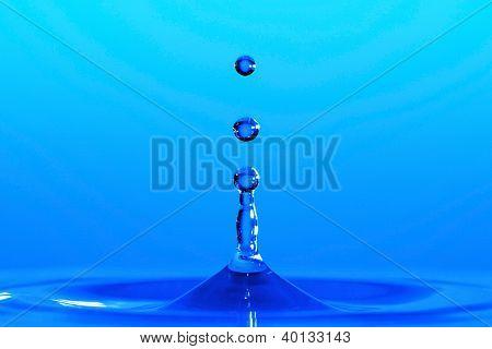 Wasser, Tröpfchen, die mit hoher Geschwindigkeit eingefroren, wie sie von der Oberfläche von Flüssigkeiten entstehen.