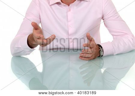 Masculinos mãos gesticulando