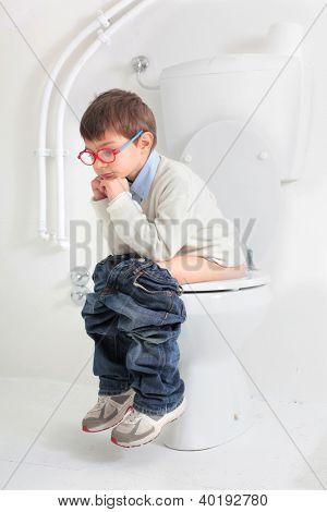 Niño sentado en un inodoro